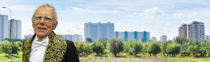 Pierre Léna devant une ville