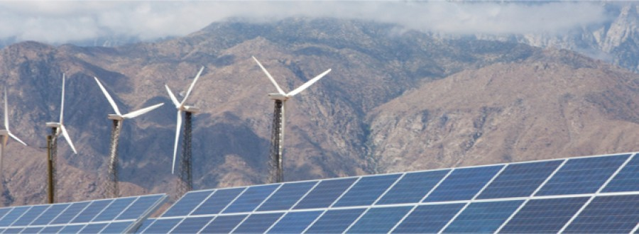 Éolienne et panneaux solaires