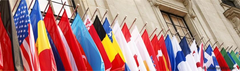 Drapeaux devant une façade