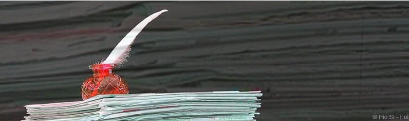 Plumier sur un tas de journaux